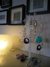 sovrum tavelvägg smyckesträd