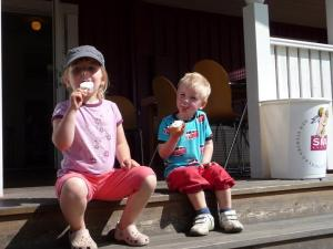 Storskrutt och kompis käkar glass